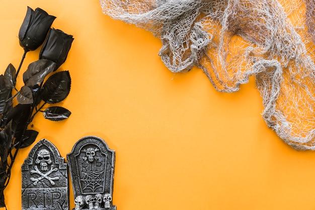 Komposition für halloween mit netz und schwarzen rosen