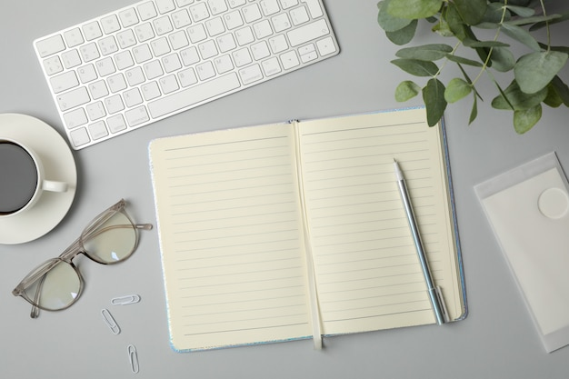 Komposition mit business-accessoires auf grau. blogger-arbeitsbereich