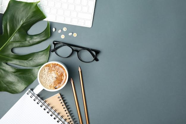 Komposition mit business-accessoires auf schwarz. blogger-arbeitsbereich