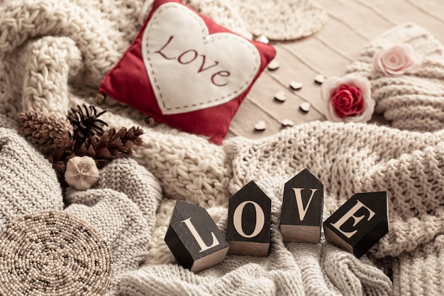 Komposition mit der inschrift liebe aus dekorativen buchstaben. valentinstag urlaubskonzept.