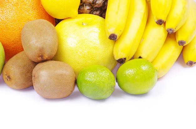 Komposition mit früchten isoliert auf weiß