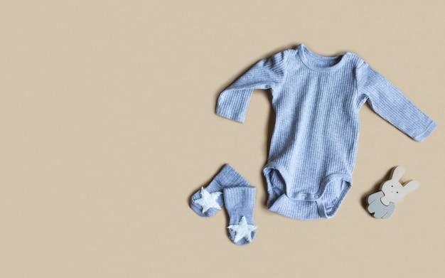 Komposition mit grauem babyzubehör auf beige