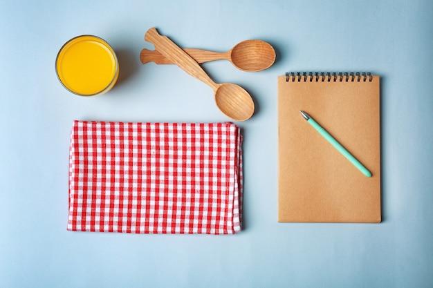 Komposition mit handtuch und küchenutensilien auf farbfläche Premium Fotos