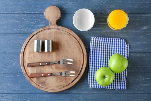 Komposition mit handtuch und küchenutensilien auf holz
