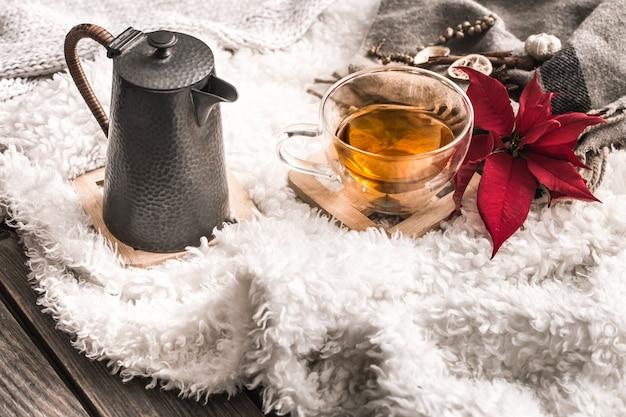 Komposition mit holzbuchstaben und einer tasse tee