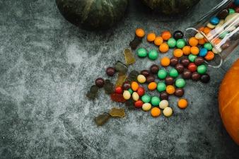 Komposition mit Kürbis und Süßigkeiten
