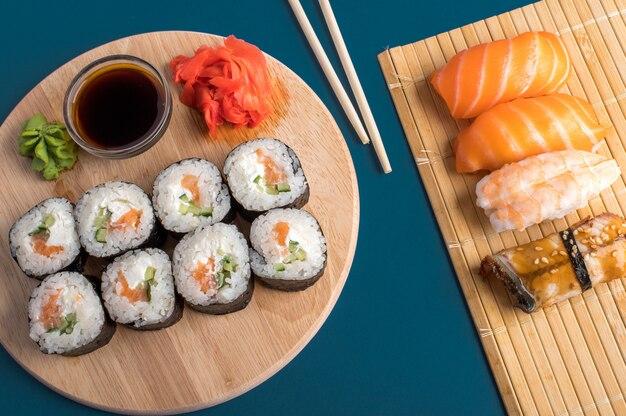Komposition mit leckerem nigiri-sushi und brötchen