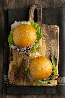 Komposition mit leckerem veganem burger