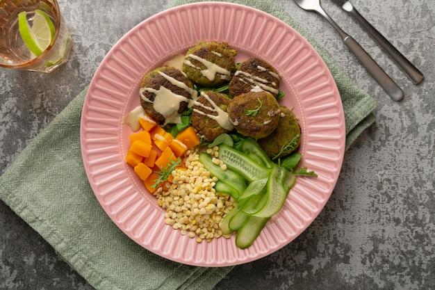 Komposition mit leckerem veganem essen