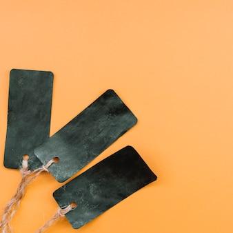 Komposition mit leeren schwarzen etiketten mit gebundenen seilen