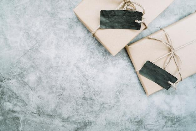 Komposition mit paketen mit leeren etiketten