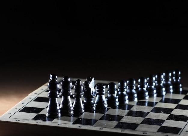 Komposition mit schachfiguren auf glänzendem schachbrett