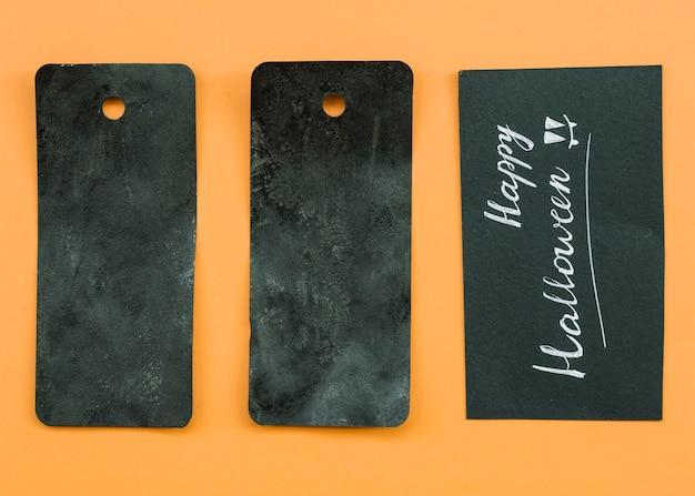 Komposition mit schwarzen karten und happy halloween inschrift