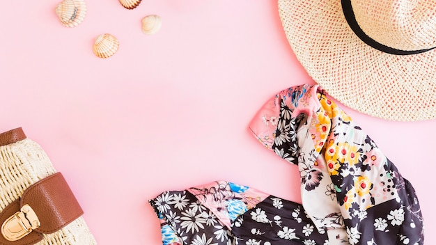 Komposition mit sommer strandurlaub zubehör und muscheln