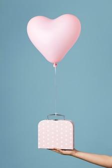 Komposition mit süßem herzballon