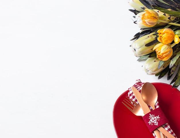 Komposition mit teller und besteck für ein romantisches abendessen und dekorative elemente valentinstag draufsicht. dating-konzept. Kostenlose Fotos