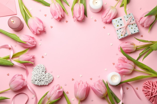 Komposition mit tulpen auf rosa hintergrund, platz für text