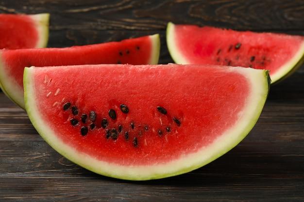 Komposition mit wassermelonenscheiben auf holzfläche. sommerfrucht