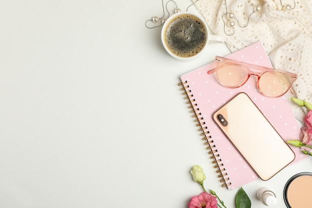 Komposition mit weiblichen accessoires auf weiß. bloggerin