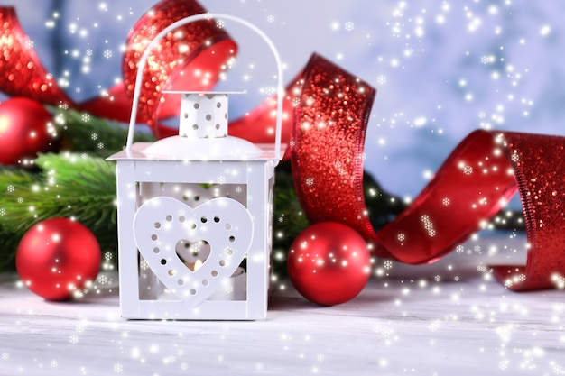 Komposition mit weihnachtslaterne, tannenbaum und dekorationen auf hellem hintergrund