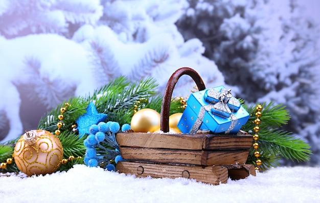 Komposition mit weihnachtsschmuck im korb, tannenbaum