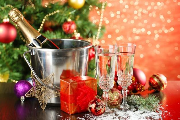 Komposition mit weihnachtsschmuck und zwei sektgläsern,