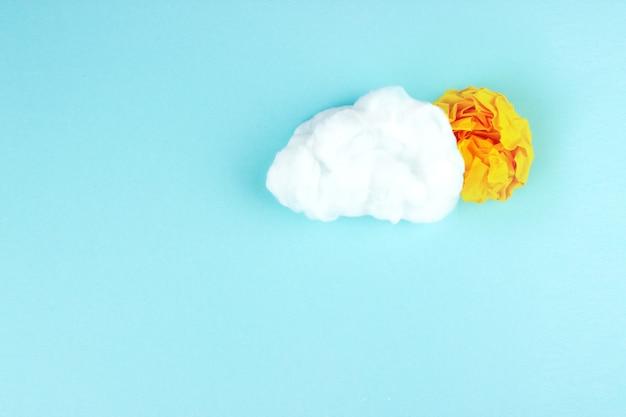 Komposition mit zerknittertem papierball und wolke. idee und innovationskonzept. gute idee.