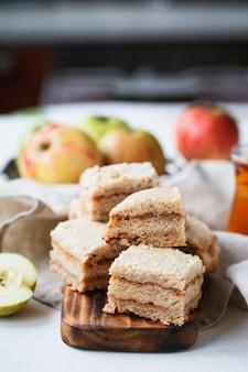 Komposition von apfelkuchen auf einem holzbrett in beigetönen