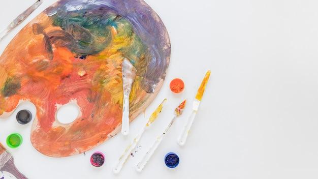 Komposition von professionellen werkzeugen für die bildende kunst
