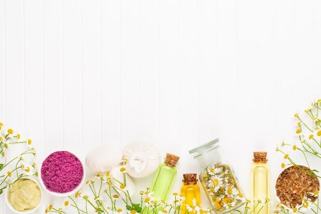 Kompositionsaromatherapie mit naturkosmetik und kamillenblüten