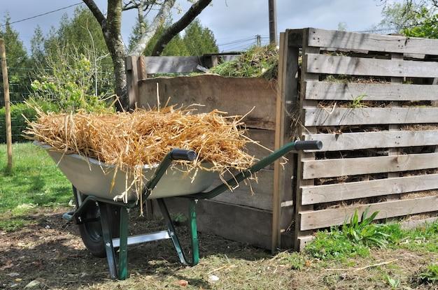 Komposter und schubkarre
