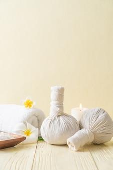 Komprimierender kräuterball des badekurortes mit kerze und orchidee