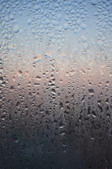 Kondensation am klarglasfenster. wassertropfen. regen. abstrakte hintergrundtextur