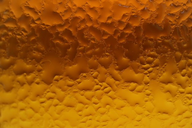 Kondensation auf der braunglasflasche mit goldener farbabstufung