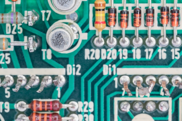 Kondensator- und widerstandsbaugruppe auf der leiterplatte