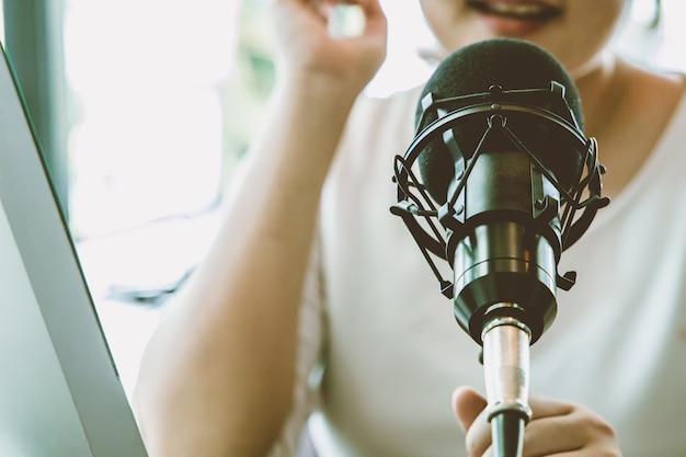 Kondensatormikrofon, menschen, die zu hause für das internet-live-streaming-radioübertragungskonzept arbeiten.