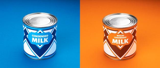 Kondensmilch und gekochte kondensmilchdosen auf blauem und orangefarbenem hintergrund
