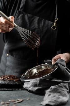 Konditor, der schokoladenkuchen vorbereitet