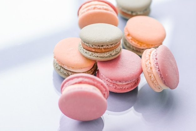 Konditorei und branding-konzept französische makronen auf blauem hintergrund pariser chic café dessert süße speisen und kuchen macaron für luxus-süßwarenmarken-urlaubshintergrunddesign backdrop