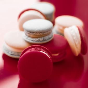 Konditorei und branding-konzept französische makronen auf weinrotem hintergrund pariser schickes café-dessert süße speisen und kuchen-macaron für luxus-süßwarenmarken-urlaubshintergrunddesign