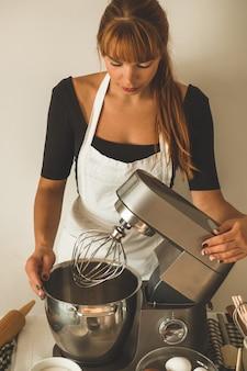 Konditorin bereitet einen kuchen vor