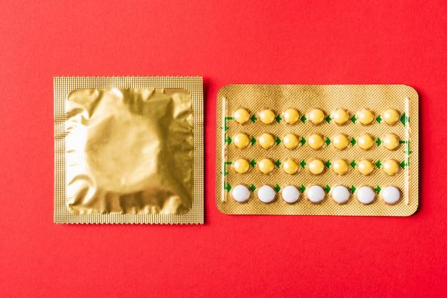 Kondom auf packung und verhütungspillen blasen hormonelle antibabypillen
