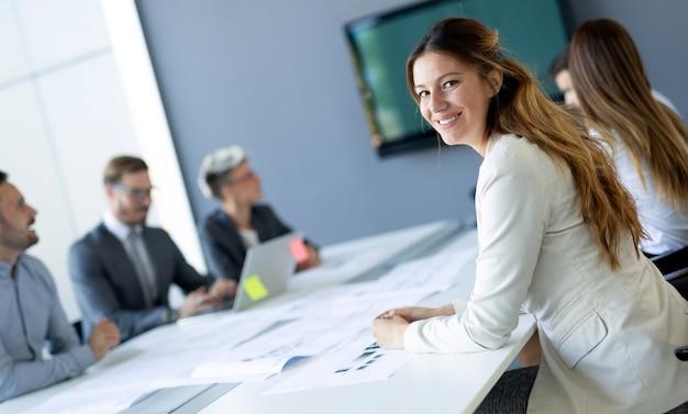 Konferenz für unternehmer und geschäftsleute im modernen tagungsraum