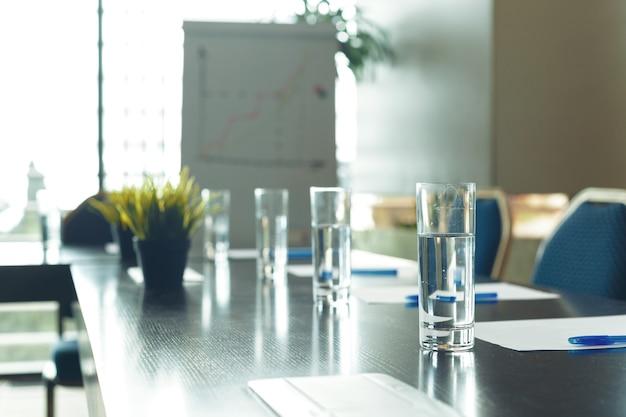 Konferenzrauminnenraum mit leeren stühlen