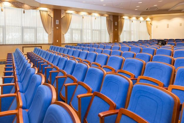 Konferenzsaal mit blauen sitzen
