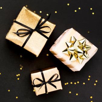 Konfetti und geschenke auf dem tisch