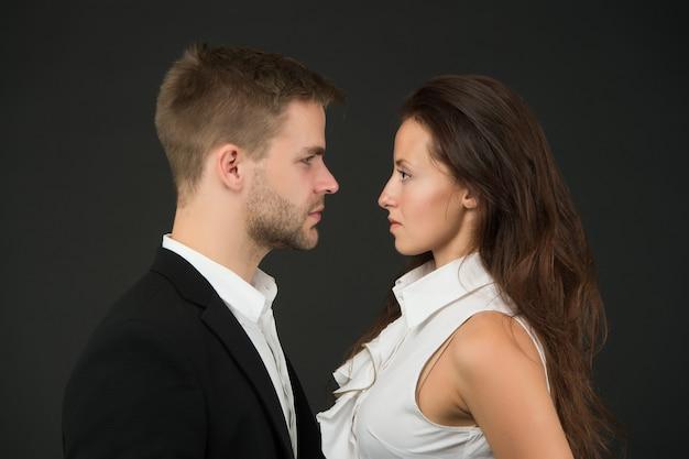 Konfrontation. geschäftspaar. geschäftsteam. partnerschaftskonzept. büromode und firmenkleidung. geschäftsmann ceo. geschäftsfrau und angestellte. existenzgründungskonzept. schöne leute.
