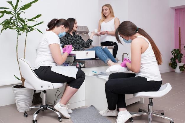 Konjunktionsgelpolitur für maniküre und pediküre. professioneller körperpflegeservice für schönheit und gesundheit im salon.