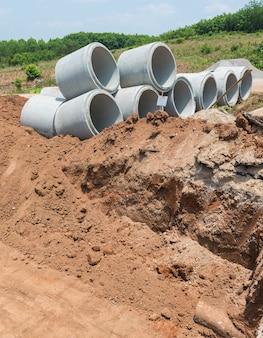 Konkrete entwässerungs-rohr auf einer baustelle