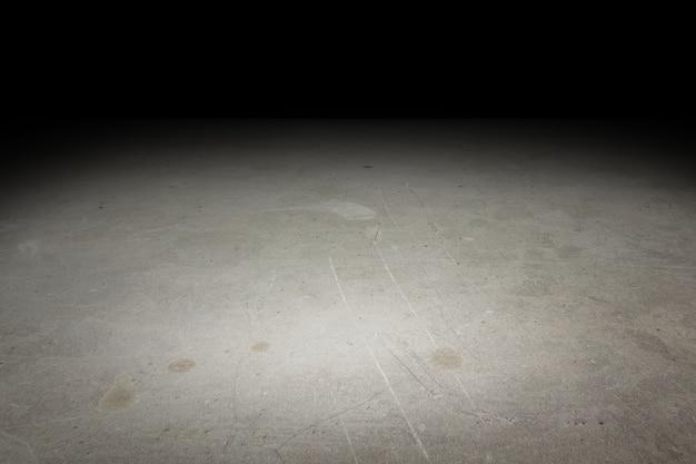 Konkreter boden des perspektivenschmutzes verblassen zum schwarzen hintergrund, schablone verspotten sich für anzeige des produktes